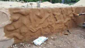 Künstliche Mauer im Tiergarten